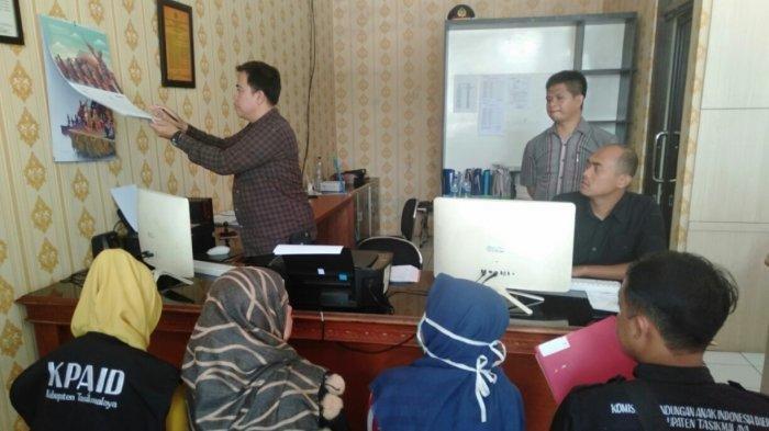 Korban W (berkerudung biru) didampingi Satgas KPAID Kabupaten Tasikmalaya, sedang melapor ke Polres Tasikmalaya Kota, Selasa (17/3/2020).