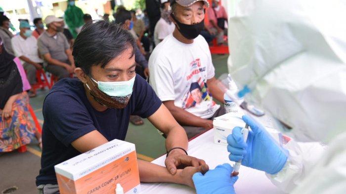 Korlantas Polri menggelar rapid test dan bakti sosial untuk komunitas sopir bajaj di Kebayoran Baru, Jakarta Selatan, Jumat (4/12/2020).