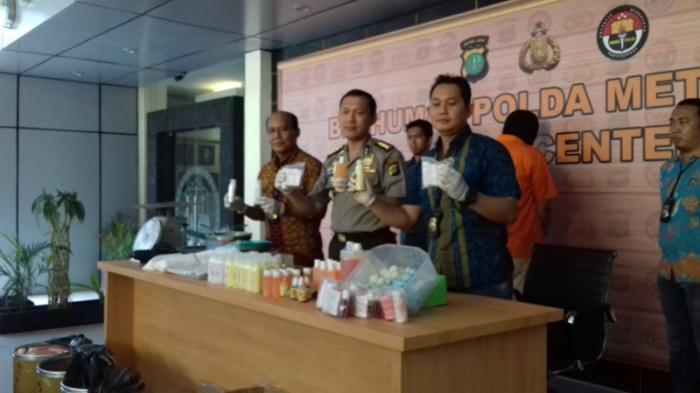 Penjual Kosmetik Palsu Gunakan Botol Bekas dari Pasar Asemka