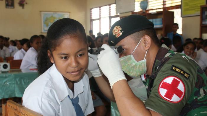 Ketika Prajurit Raider Kostrad Berikan Penyuluhan Kesehatan di Wilayah Perbatasan