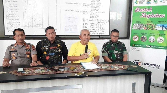 Wali Kota Bekasi Rahmat Effendi (kedua dari kanan) didampingi Wakil Wali Kota, Kapolres dan Dandim Kota Bekasi di Posko Pencegahan Covid-19, Dinas Kesehatan, Kamis, (19/3/2020).