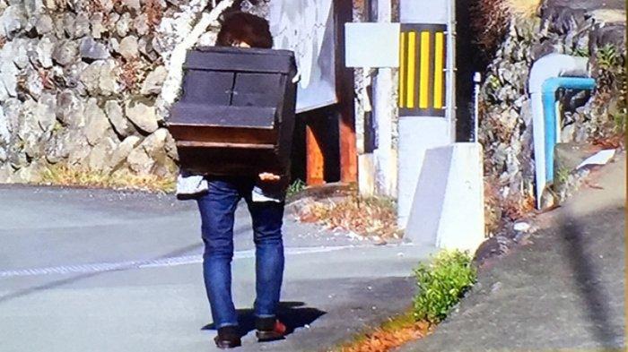 Anggota masyarakat kota Matsusaka perfektur Mie membawa keliling desanya bagi yang mau pinjam butsudan (kotak kecil untuk doa) berisi Ojizo-sama, dipercaya punya kekuatan magis menyembuhkan, memperbaiki kehidupan seseorang. Foto Richard Susilo