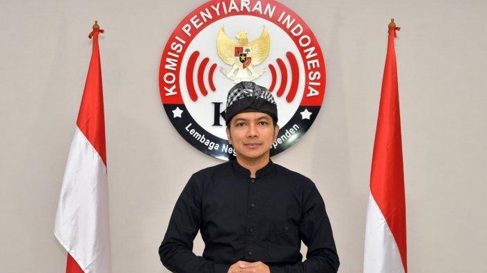 Ketua Komisi Penyiaran Indonesia (KPI) Agung Suprio berada di depan logo KPI Pusat, Rabu (1/9/2021).
