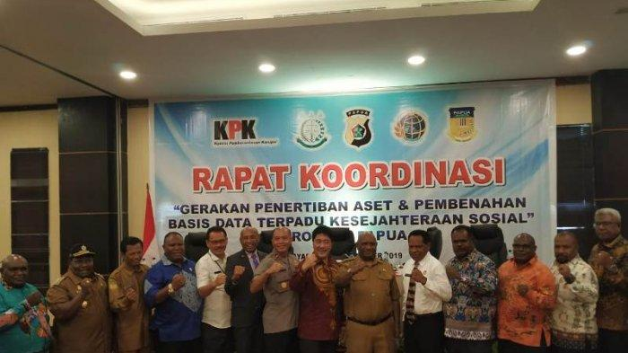 KPK adakan kegiatan monev di Papua. Dihadiri Ketua Majelis Rakyat Papua (MRP), Ketua DPRD Provinsi juga Kabupaten/Kota, juga perwakilan Kementerian Sosial, Kejati, Polda, Kanwil BPN, BPK, BPKP, dan BPS perwakilan Papua, dan OPD terkait. (Istimewa)