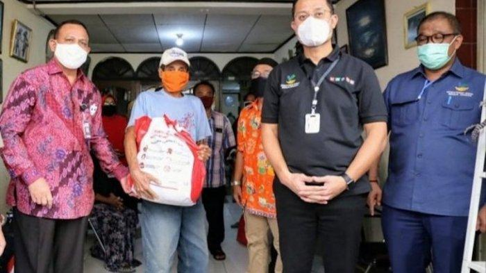 Direktur KPK Unggah Foto Firli Bahuri dan Juliari Batubara Salurkan Bansos