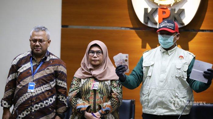 Petugas saat menunjukkan barang bukti disaksikan oleh Pimpinan Komisi Pemberantasan Korupsi (KPK) Lili Pintauli Siregar dan Ketua Komisi Pemilihan Umum (KPU) RI Arief Budiman saat mengelar konferensi pers terkait Operasi Tangkap Tangan (OTT) Komisioner KPU di Gedung KPK, Jakarta Selatan (9/1/2019). Pada konferensi pers tersebut KPK menetapkan 4 orang tersangka yaitu WSE, ATF, HAR dan SAE sekaligus Meminta kepada tersangka HAR untuk segera menyerahkan diri. Tribunnews/Jeprima