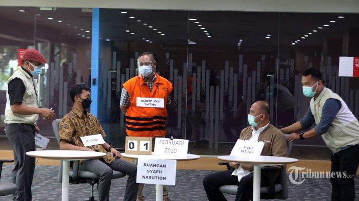 Tersangka Pejabat Pembuat Komitmen di Kementerian Sosial, Matheus Joko Santoso dan pihak swasta, Harry Sidabukke mengikuti rekonstruksi perkara dugaan korupsi pengadaan bantuan sosial (bansos) penanganan Covid-19 di Gedung KPK, Rasuna Said, Jakarta Selatan, Senin (1/2/2021). KPK menggelar rekonstruksi yang menghadirkan ketiga tersangka yakni Pejabat Pembuat Komitmen di Kementerian Sosial, Adi Wahyono dan Matheus Joko Santoso serta pihak swasta, Harry Sidabukke guna mengumpulkan bukti-bukti pendukung terkait dugaan korupsi bansos yang melibatkan mantan Menteri Sosial, Juliari Batubara. Tribunnews/Irwan Rismawan