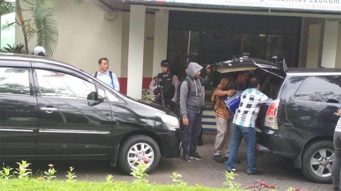 Empat Jam Geledah Kantor PT Adhi Karya Makassar, Penyidik KPK Bawa Sejumlah Kardus dan Koper