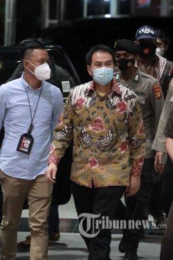 Wakil Ketua DPR RI Azis Syamsuddin tiba di gedung KPK untuk menjalani pemeriksaan di Jakarta, Jumat (24/9/2021) malam. KPK melakukan jemput paksa kepada Azis Syamsuddin usai ditetapkan sebagai tersangka terkait kasus dugaan TPK pemberian hadiah atau janji terkait penanganan perkara yang ditangani oleh KPK di Kabupaten Lampung Tengah. TRIBUNNEWS/IRWAN RISMAWAN