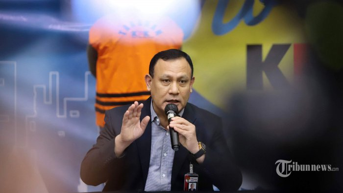 Ketua KPK, Firli Bahuri saat konferensi pers terkait operasi tangkap tangan (OTT) KPK dalam kasus dugaan suap bantuan sosial (bansos) Covid-19 di Kantor KPK, Jakarta Selatan, Minggu (6/12/2020) dini hari. KPK menetapkan lima tersangka termasuk Menteri Sosial, Juliari P Batubara terkait dugaan suap bantuan sosial Covid-19 dan mengamankan total uang sejumlah Rp 14,5 miliar yang terdiri dari mata uang rupiah dan mata uang asing. Rinciannya yakni Rp 11,9 miliar, USD 171.085, dan sekitar SGD 23.000. Tribunnews/Herudin (Tribunnews/Herudin)