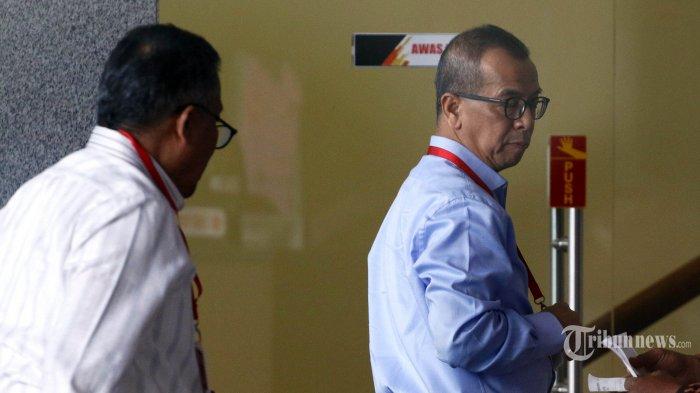 Mantan Direktur Utama PT Garuda Indonesia Emirsyah Satar bersiap menjalani pemeriksaan di Gedung KPK, Jakarta, Rabu (10/7/2019). Emirsyah diperiksa sebagai tersangka kasus dugaan suap pengadaan pesawat dan mesin pesawat dari Airbus SAS dan Rolls-Royce PLC pada PT Garuda Indonesia. TRIBUNNEWS/IRWAN RISMAWAN