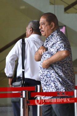 Ketua Fraksi Golkar di DPR Melchias Marcus Mekeng berjalan keluar usai menjalani pemeriksaan di gedung KPK, Jakarta, Senin (24/6/2019). Mekeng diperiksa sebagai saksi untuk tersangka Markus Nari dalam kasus dugaan korupsi proyek KTP elektronik. TRIBUNNEWS/IRWAN RISMAWAN