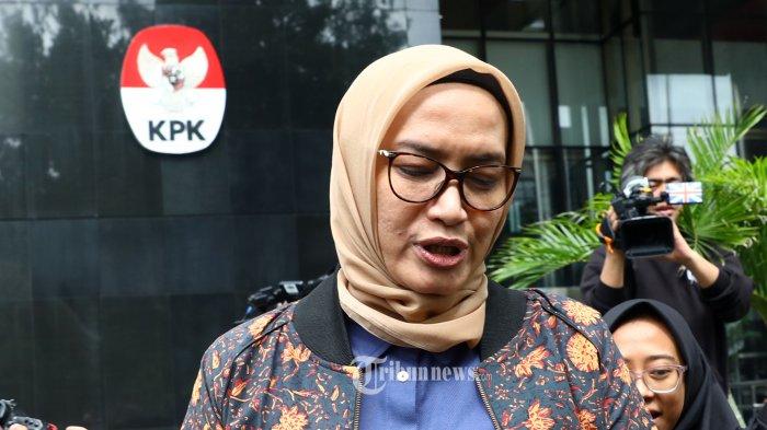 Komisioner KPU Evi Novida Ginting Manik meninggalkan gedung KPK usai menjalani pemeriksaan di Jakarta, Rabu (26/2/2020). KPK memeriksa Evi Novida Ginting Manik sebagai saksi terkait kasus suap penetapan pergantian antar waktu (PAW) anggota DPR 2019-2024 untuk tersangka Komisioner KPU, Wahyu Setiawan. TRIBUNNEWS/IRWAN RISMAWAN