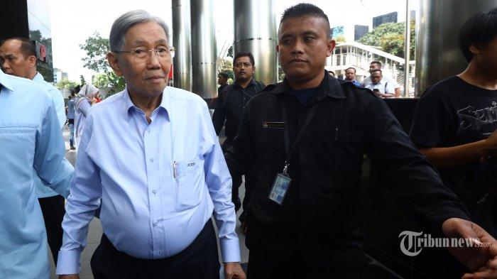 Mantan Menteri Keuangan dan Ketua KKSK Kwik Kian Gie meninggalkan gedung KPK usai menjalani pemeriksaan di Jakarta, Kamis (11/7/2019). Kwik Kian Gie diperiksa sebagai saksi kasus pemberian SKL kepada pemegang saham pengendali BDNI tahun 2004 sehubungan dengan pemenuhan kewajiban penyerahan aset oleh obligor BLBI kepada BPPN dengan tersangka Sjamsul Nursalim. TRIBUNNEWS/IRWAN RISMAWAN