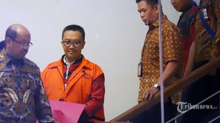 Eks Menteri Pemuda dan Olahraga (Menpora) Imam Nahrawi resmi mengenakan rompi tahanan usai menjalani pemeriksaan oleh penyidik Komisi Pemberantasan Korupsi (KPK) di Gedung KPK, Jakarta Selatan, Jumat (27/9/2019). Imam Nahrawi menjadi tersangka kasus dugaan suap terkait dana hibah KONI sebesar Rp 26,5 miliar, Uang suap diduga itu diberikan secara bertahap sejak 2014-2018. Tribunnews/Jeprima