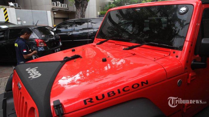 Mobil mewah milik Bupati Subang Ojang Sohandi terparkir di halaman kantor Komisi Pemberantasan Korupsi (KPK), Jakarta, Jumat (29/4/2016). KPK menyita dua mobil Toyota Vellfire, satu mobil Jeep Rubicon, satu Jeep Wrangler, Satu motor trail KTM 500 cc, dan satu unit ATV 700 cc keluaran Toyota yang diduga terkait perkara suap BPJS di Kejaksaan Tinggi Jawa Barat. TRIBUNNEWS/HERUDIN