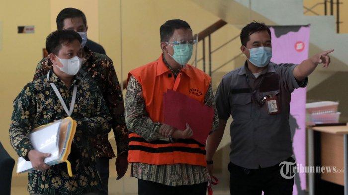 Direktur Pemeriksaan dan Penagihan pada Direktorat Jenderal Pajak (2016-2019), Angin Prayitno Aji mengenakan rompi tahanan usai menjalani pemeriksaan di Gedung KPK Merah Putih, Jakarta Selatan, Selasa (4/5/2021). Angin Prayitno Aji bersama Kepala Subdirektorat Kerjasama dan Dukungan Pemeriksaan pada Direktorat Jenderal Pajak, Dadan Ramdani diduga menerima suap untuk merekayasa jumlah pajak dari sejumlah perusahaan di antaranya PT Jhonlin Baratama (JB) Tanah Bumbu Kalimantan Selatan (milik Haji Isam), PT Gunung Madu Plantations (GMP) Lampung, dan Bank Panin Indonesia (BPI), terkait pemeriksaan perpajakan tahun 2016 dan 2017 pada Direktorat Jenderal Pajak Kementerian Keuangan. Tribunnews/Irwan Rismawan