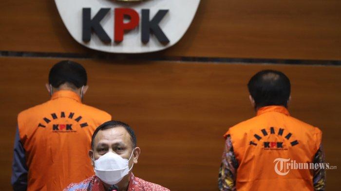 Ketua KPK Firli Bahuri saat menghadirkan Bupati Kabupaten Banjarnegara (2017-2022) Budhi Sarwono dan eks Ketua Tim Sukses dari BS pada Pilkada sekaligus Makelar Kedy Afandi yang telah ditetapkan sebagi tersangka dan langsung ditahan usai menjalani pemeriksaan, di Gedung KPK Merah Putih., Jakarta Selatan, Jumat (3/9/2021). Budhi bersama Kedy diduga meminta fee 10 persen atau senilai Rp2,1 Miliar, dari sejumlah perusahaan-perusahaan yang mendapatkan paket pekerjaan proyek infrastruktur di Kabupaten Banjarnegara Tahun 2017-2018. Tribunnews/Jeprima