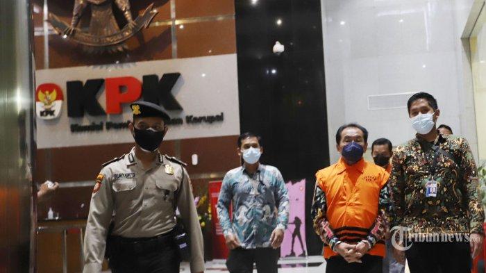 Bupati Kabupaten Banjarnegara (2017-2022) Budhi Sarwono dan eks Ketua Tim Sukses dari BS pada Pilkada sekaligus Makelar Kedy Afandi, ditetapkan sebagi tersangka dan langsung ditahan usai menjalani pemeriksaan, di Gedung KPK Merah Putih., Jakarta Selatan, Jumat (3/9/2021). Budhi bersama Kedy diduga meminta fee 10 persen atau senilai Rp2,1 Miliar, dari sejumlah perusahaan-perusahaan yang mendapatkan paket pekerjaan proyek infrastruktur di Kabupaten Banjarnegara Tahun 2017-2018. Tribunnews/Jeprima