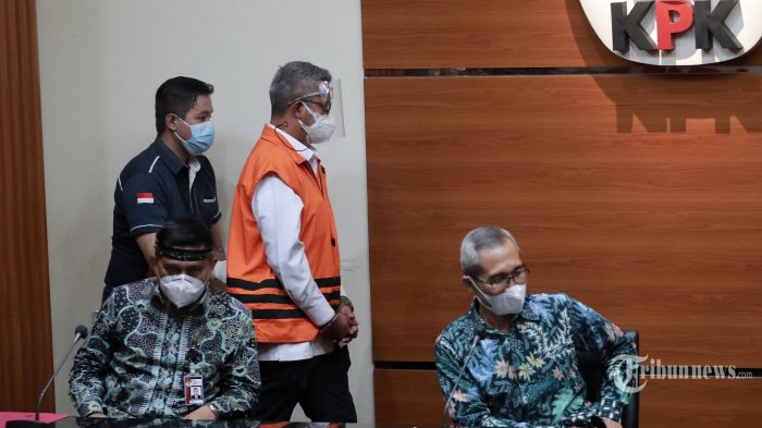 Bupati Bintan, Apri Sujadi mengenakan rompi tahanan usai menjalani pemeriksaan di Gedung KPK, Jakarta Selatan, Kamis (12/8/2021). KPK menahan Bupati Bintan periode 2016-2021, Apri Sujadi dan Plt Kepala Badan Pengusahaan Kawasan Perdagangan Bebas dan Pelabuhan Bebas Bintan, Mohd Saleh H Umar terkait kasus dugaan korupsi pengaturan barang kena cukai dalam pengelolaan Kawasan Perdagangan Bebas dan Pelabuhan Bebas Bintan Wilayah Kabupaten Bintan Tahun 2016-2018. Tribunnews/Irwan Rismawan