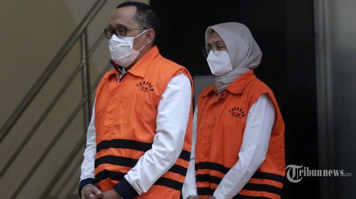 Bupati Probolinggo, Puput Tantriana Sari bersama suaminya yang juga anggota DPR RI, Hasan Aminuddin mengenakan rompi tahanan saat konferensi pers operasi tangkap tangan (OTT) di gedung KPK, Jakarta, Selasa (31/8/2021) dini hari. KPK resmi menahan Puput Tantriana Sari dan Hasan Aminuddin bersama 3 tersangka lainnya dengan barang bukti uang Rp 362.500.000 terkait dugaan seleksi jabatan di lingkungan Pemkab Probolinggo tahun 2021. Tribunnews/Irwan Rismawan