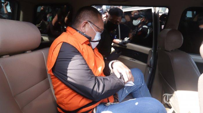 Mantan Sekretaris Mahkamah Agung (MA) Nurhadi (tengah) memakai baju tahanan Komisi Pemberantasan Korupsi (KPK) usai menjalani pemeriksaan di gedung KPK, Jakarta, Selasa (2/6/2020). KPK menangkap Nurhadi dan menantunya, Rezky Herbiyono yang sudah buron selama empat bulan terkait kasus dugaan suap gratifikasi senilai Rp 46 miliar. TRIBUNNEWS/HERUDIN