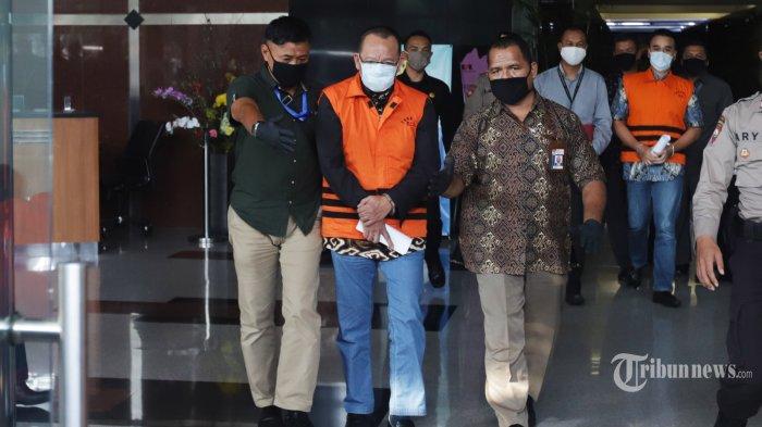 Mantan Sekretaris Mahkamah Agung (MA) Nurhadi dan menantunya, Rezky Herbiyono memakai baju tahanan Komisi Pemberantasan Korupsi (KPK) usai menjalani pemeriksaan di gedung KPK, Jakarta, Selasa (2/6/2020). KPK menangkap Nurhadi dan Rezky Herbiyono yang sudah buron selama empat bulan terkait kasus dugaan suap gratifikasi senilai Rp 46 miliar. TRIBUNNEWS/HERUDIN