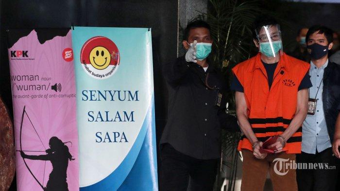 Tersangka pemilik PT Borneo Lumbung Energi dan Metal, Samin Tan berjalan usai menjalani pemeriksaan di Gedung Merah Putih KPK, Jakarta Selatan, Selasa (6/4/2021). KPK resmi menahan Samin Tan yang diduga memberi suap Rp 5 miliar kepada mantan Wakil Ketua Komisi VII DPR RI, Eni Maulani Saragih untuk kepentingan proses pengurusan terminasi kontrak perjanjian karya pengusahaan pertambangan batu bara (PKP2B) PT Asmin Koalindo Tuhup (AKT) di Kalimantan Tengah. Tribunnews/Irwan Rismawan