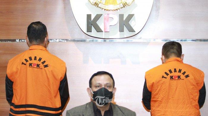 Menteri Sosial (Mensos), Juliari Peter Batubara (JPB)  dengan rompi tahanan menuju jumpapres untuk penetapan  sebagai tersangka oleh Komisi Pemberantasan Korupsi (KPK) di Gedung KPK, Jalan Kuningan Persada, Jakarta Selan Minggu(6/12/2020). Politisi PDIP ini harus berurusan dengan hukum dalam kasus dugaan suap pengelolaan dana bantuan sosial penanganan Covid-19 berupa paket sembako di Kementerian Sosial tahun 2020. WARTA KOTA/HENRY LOPULALAN