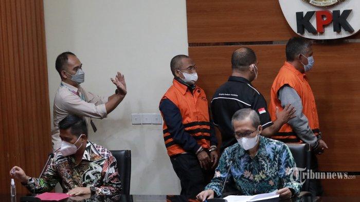 Plt Kadis Pekerjaan Umum (PU) Pemkab Hulu Sungai Utara, Kalimantan Selatan, Maliki (kedua kiri) dan pihak swasta, Marhaini (kanan) mengenakan rompi tahanan usai menjalani pemeriksaan di gedung KPK, Jakarta Selatan, Kamis (16/9/2021). KPK menetapkan tiga orang tersangka yakni Plt Kadis PU Pemkab Hulu Sungai Utara, Maliki dan dua orang pihak swasta yakni Marhaini dan Fachriadi terkait kasus dugaan suap terkait pengadaan barang dan jasa di Kabupaten Hulu Sungai Utara 2021-2022 dengan barang bukti berbagai dokumen dan uang sejumlah Rp 345 juta. Tribunnews/Irwan Rismawan