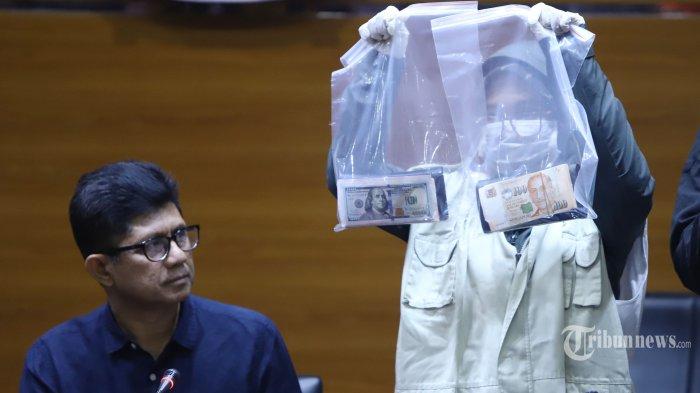 Wakil Ketua Komisi Pemberantasan Korupsi (KPK) Laode M Syarif menyaksikan petugas menunjukan barang bukti operasi tangkap tangan (OTT) kasus dugaan suap, di Jakarta, Sabtu (29/6/2019). Dalam OTT tersebut KPK menetapkan tiga tersangka yaitu Alvin Suherman sebagai pengacara, Sendy Perico swasta sebagai pihak yang berperkara, dan Asisten Pidana Umum Kejaksaan Tinggi DKI Jakarta, Agus Winoto. KPK juga mengamankan barang bukti 20874 USG, 700 USD, dan Rp 200 juta. TRIBUNNEWS/HERUDIN