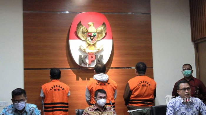 Wakil Ketua Komisi Pemberantasan Korupsi (KPK), Nawawi Pomolango (tengah) menghadirkan tiga tersangka pada kasus korupsi yang melibatkan Bupati Banggai Laut, Wenny Bukamo di Gedung KPK, Jakarta Selatan, Jumat (4/12/2020). KPK menyita uang hasil suap dari sejumlah rekanan proyek di Kabupaten Banggai Laut sebesar Rp 1 miliar yang telah dikumpulkan sejak September hingga November 2020 yang dikemas di dalam kardus dan disimpan di rumah HTO (Hengky Thiono, Komisaris PT Bangun Bangkep Persada). Tribunnew/Jeprima