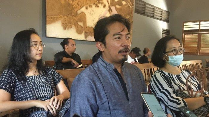 KPH Notonegoro bersama GKR Condrokirono dan GKR Bendara saat melayat di Padepokan Seni Bagong Kussudiarja, Kasihan, Bantul, Rabu (13/11/2019) siang.