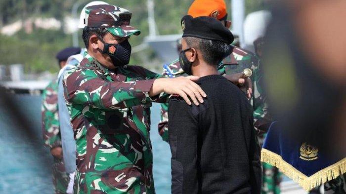 Panglima TNI Marsekal TNI Hadi Tjahjanto meresmikan KRI Alugoro-405 dan mengukuhkan Letkol Laut (P) Ahmad Noer Taufik sebagai Komandan pertama in kapal selam tersebut di Fasilitas Pelabuhan (Faslabuh) TNI AL Selat Lampa, Ranai Kepulauan Riau pada Selasa (6/4/2021).
