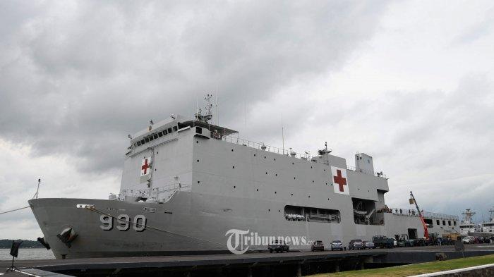 SIAGA - Petugas melakukan kesiapan KRI Soeharso yang rencananya untuk evakuasi 74 WNI yang saat ini berada di dalam kapal pesiar Diamond Princess di Jepang. SURYA/AHMAD ZAIMUL HAQ