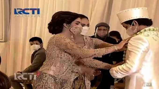 Dikalungi Melati oleh Ashanty dan Krisdayanti, Calon Suami Aurel Tegang di Meja Akad Nikah