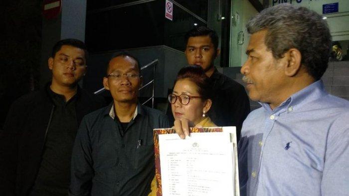 Kuasa hukum Kriss Hatta bersama ibunda Tuty Suratinah atau Ana di Polda Metro Jaya, Semanggi, Jakarta Selatan, Sabtu (27/7/2019).