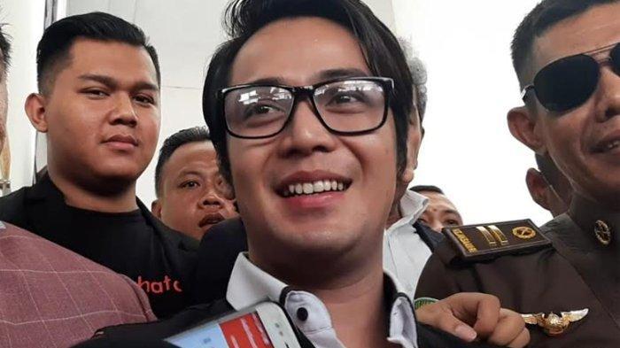 Senyum Kriss Hatta usai divonis lima bulan penjara lebih ringan dari tuntutan jaksa penuntut umum di Pengadilan Negeri Jakarta Selatan, Selasa (10/12/2019).