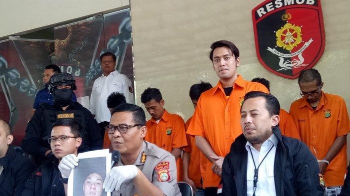 Kriss Hatta kembali memakai baju tahanan setelah ditetapkan sebagai tersangka terkait kasus penganiayaan atas korban Anthony, Rabu (24/7/2019).