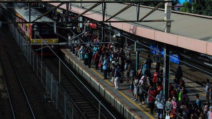 Terjadi Penumpukan Penumpang di Stasiun dan di Gerbong, Jadwal KRL Dinormalkan Kembali