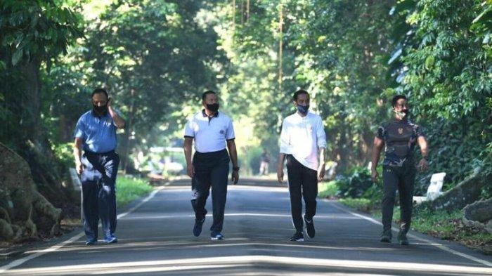 Presiden Joko Widodo bersama tiga kepala staf TNI berolahraga pagi dengan berjalan santai mengelilingi Kebun Raya Bogor, Bogor, Jawa Barat, Minggu (14/06/2020). Kepala staf TNI tersebut adalah Kepala Staf Angkatan Darat (KSAD) Jenderal TNI Andika Perkasa, Kepala Staf Angkatan Laut (KSAL) Laksamana TNI Yudo Margono, dan Kepala Staf Angkatan Udara (KSAU) Marsekal TNI Fadjar Prasetyo.