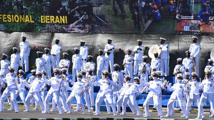 KSAL Sematkan Penghargaan Kepada Prajurit Saat HUT Ke-75 TNI AL