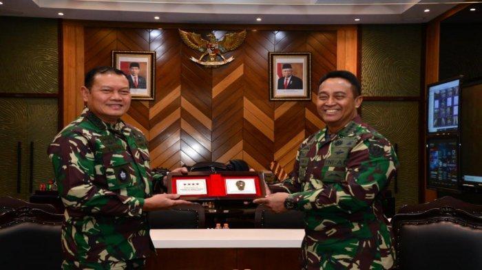 Kepala Staf Angkatan Laut (KSAL) Laksamana TNI Yudo Margono (kiri) bertemu dengan Kepala Staf TNI Angkatan Darat (KSAD) Jenderal TNI Andika Perkasa.