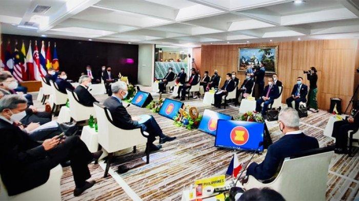 Para pemimpin hingga perwakilan negara-negara ASEAN tengah mengikuti jalannya KTT ASEAN atau ASEAN Leaders' Meeting (ALM) yang digelar di gedung Sekretariat ASEAN, Jakarta, Sabtu (24/4/2021).