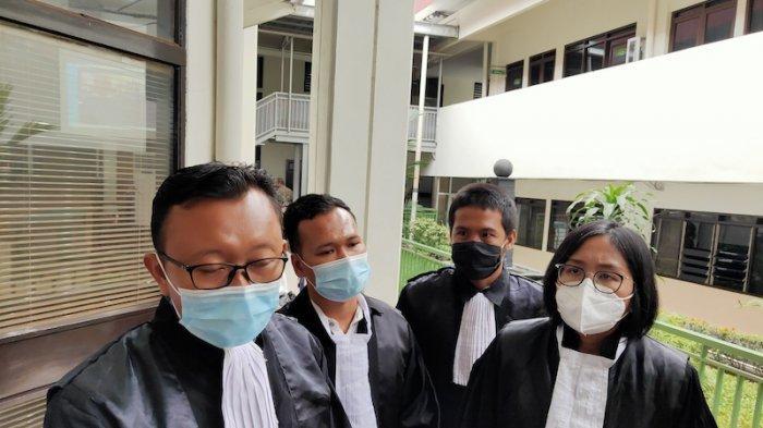 Kuasa hukum Jumhur Hidayat, Oky Wiratama (kanan) diPengadilan Negeri Jakarta Selatan, Kamis (21/1/2021).