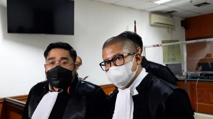 Tim kuasa hukum Askara Parasadi Harsono, yakni Hervan (kiri) dan Rangga (kanan). Mereka ditemui seusai putusan sidang di Pengadilan Negeri Jakarta Barat, Senin (7/6/2021).