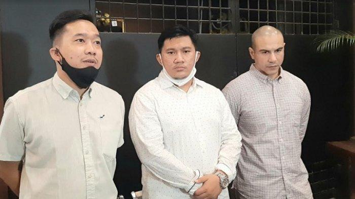 Maci Ahmad, kuasa hukum yang menangani kasus Hanna Hannifa, bersama manajer dan keluarga, dalam jumpa pers di Jakarta, Senin (13/7/2020).