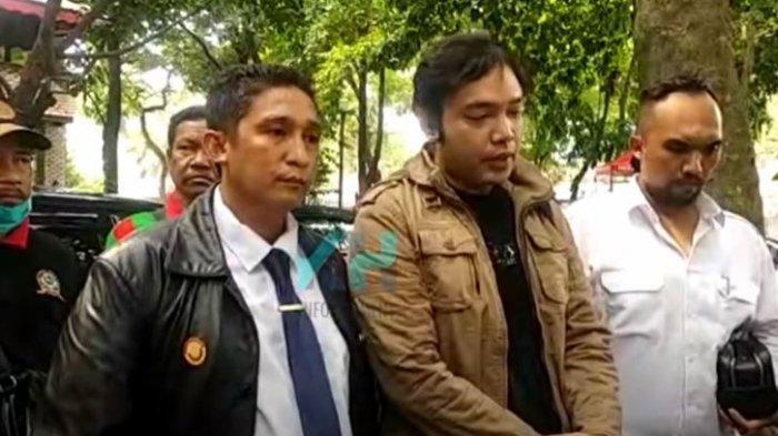 Kuasa hukum Sandy Tumiwa saat ditemui oleh awak media