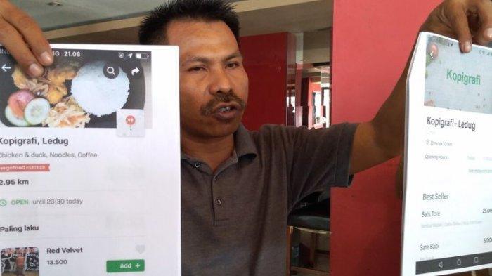 Kuasa Hukum Widhiantoro, Joko Susanto, menunjukkan salinan tangkapan layar akun Grab fiktif(kanan) dan akun asli kedai Kopigrafi di Purwokerto, Kabupaten Banyumas, Jawa Tengah, Jumat (27/12/2019)