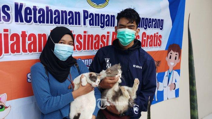 VAKSINASI RABIES - Warga membawa hewan kesayangannya untuk mendapatkan suntikan vaksinasi rabies gratis yang digelar Dinas Ketahanan Pangan Kota Tangerang, Rabu (3/3/2021). Kegiatan ini untuk mencegah dan memberantas penyakit rabies pada hewan peliharaan. WARTA KOTA/NUR ICHSAN
